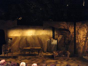 コートシアターのステージ:上映前