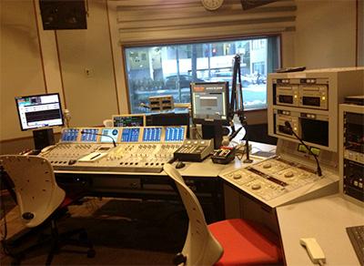 ラジオ局のスタジオ