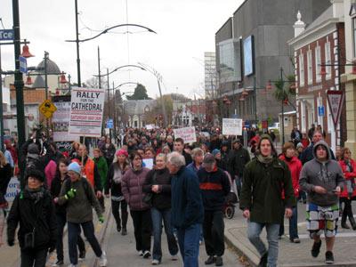 大聖堂反対デモパレード