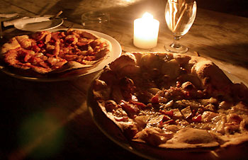 本格!木で焼く窯焼きのピザ