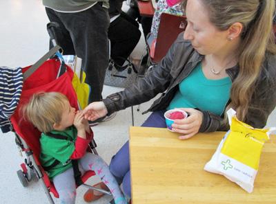 ニュージーランドナチュラルのアイスを食べるリンダ