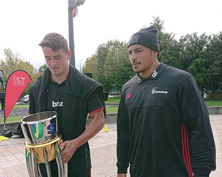 ニュージーランドでラグビー選手と写真