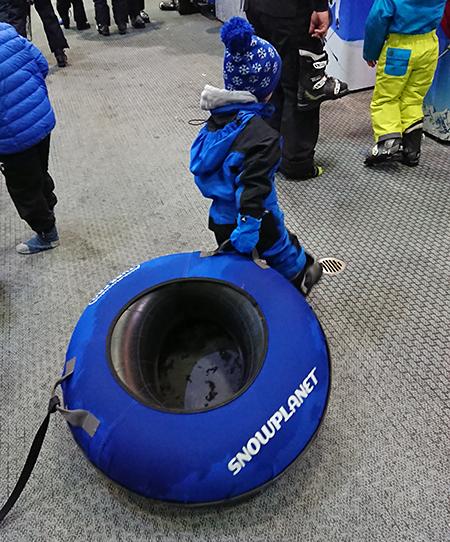 スキー場で子供のタイヤ